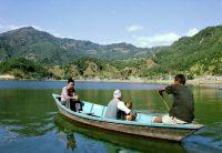 Катание на лодках по озеру Фева в Покхаре